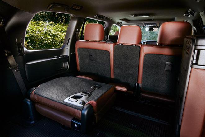 Ланд-Крузер-багажник-и-сложенный-ряд-сидений
