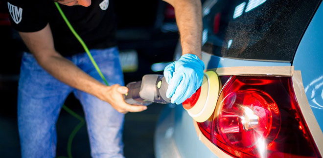Полировк-стекляной-фары-автомобиля-сзади