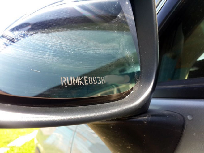 Защитная-маркировка-на-зеркале-автомобиля