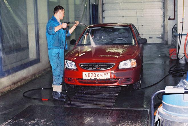 мытье-автомобилья-профессиональной-мойкой