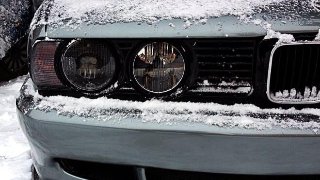Фары машины в снегу