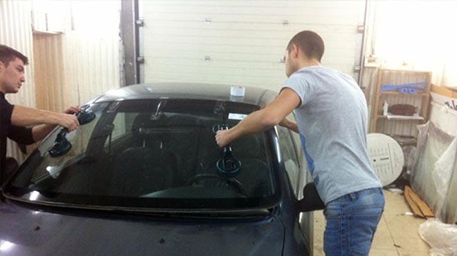 Процесс демонтажа ветрового стекла