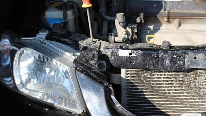 Процесс снятия фары с машины