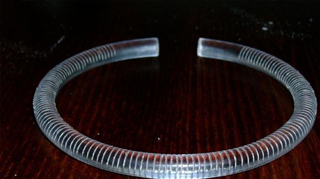 Согнутая прозрачная трубка