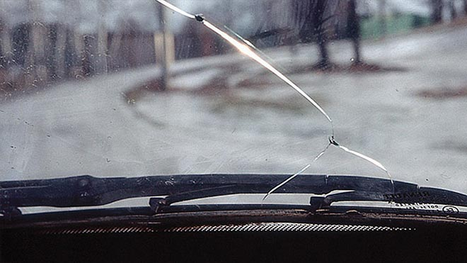 Трещина в стекле автомобиля