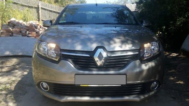 Включен ближний свет на Renault Logan