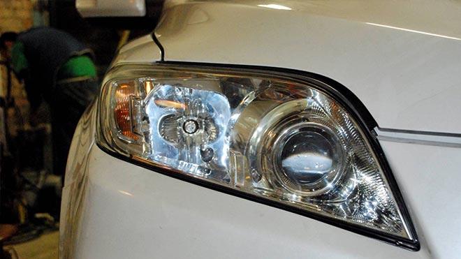 Вымытый световой элемент автомобиля