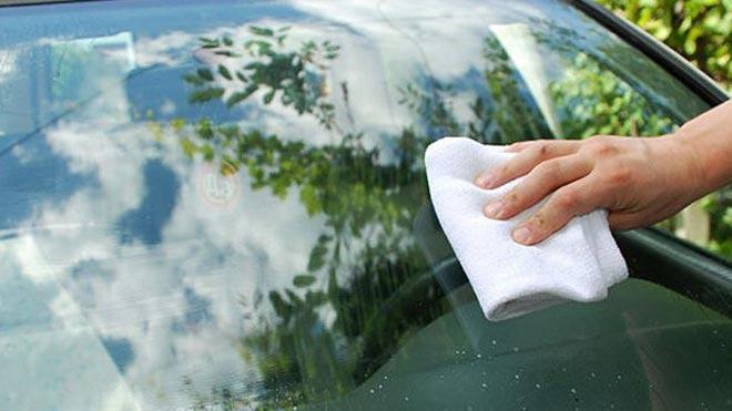 Моют окно