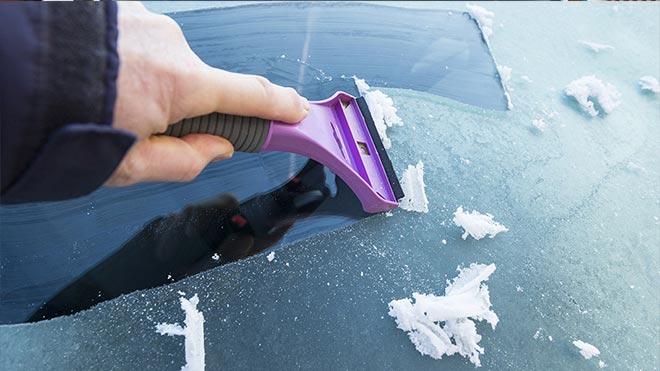 Соскребают лед с окна
