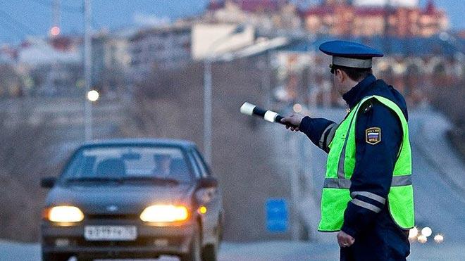 Инспектор останавливает автомобиль