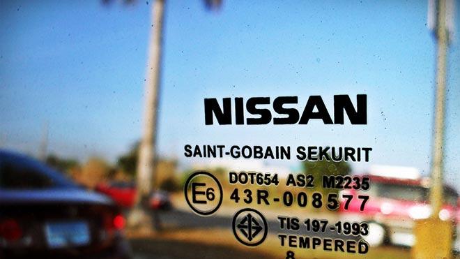 Маркировка на окне Ниссана