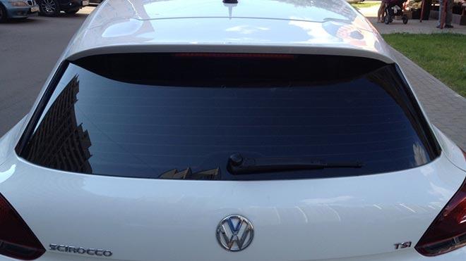 Темное окно белого авто