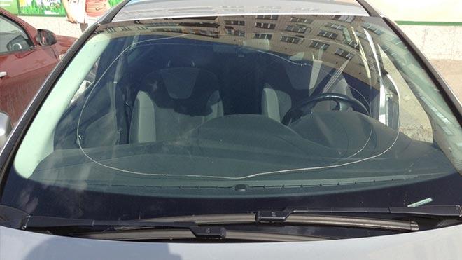 Авто с большой трещиной