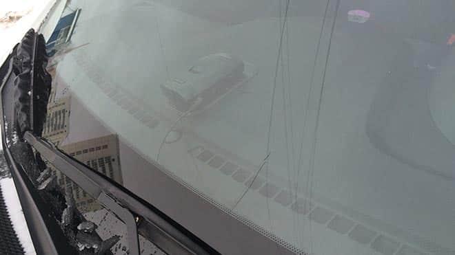 Незначительные трещины на окне