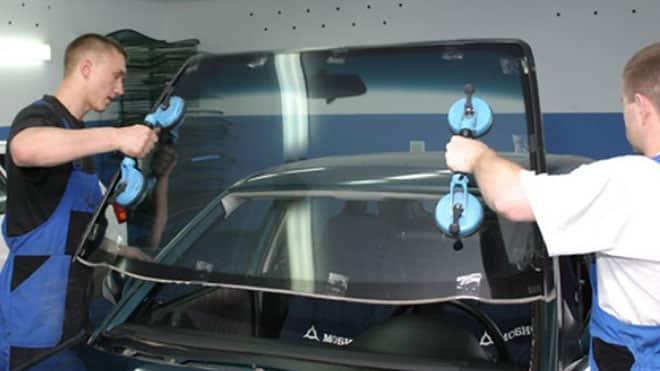 Снимают окно с автомобиля