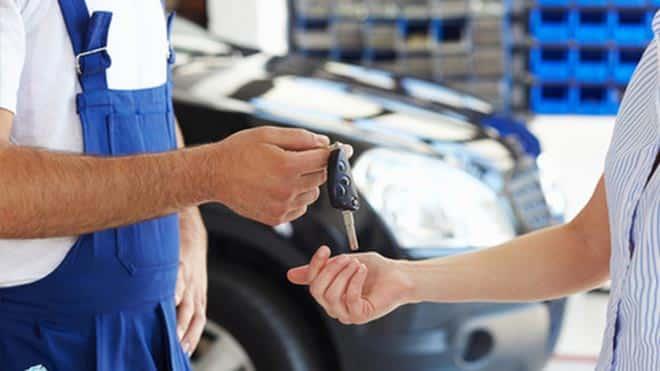Автослесарь отдает ключи