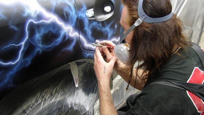 Мужчина наносит рисунок