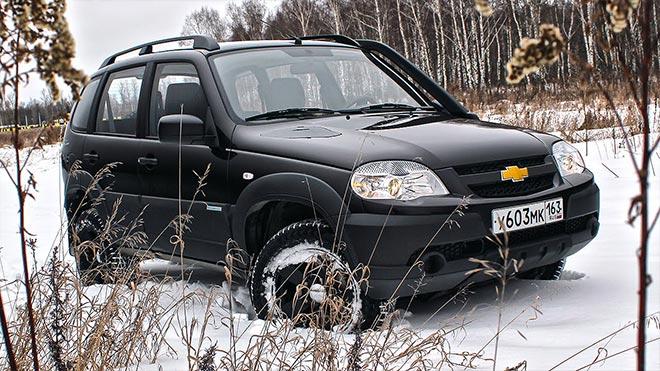 Черный внедорожник в снегу