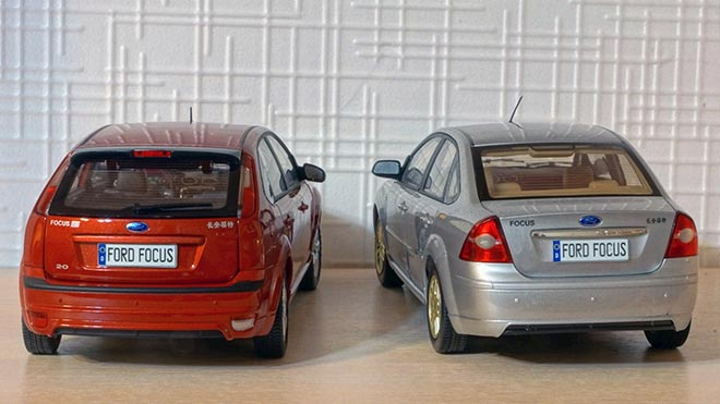 Красный и серый автомобиль