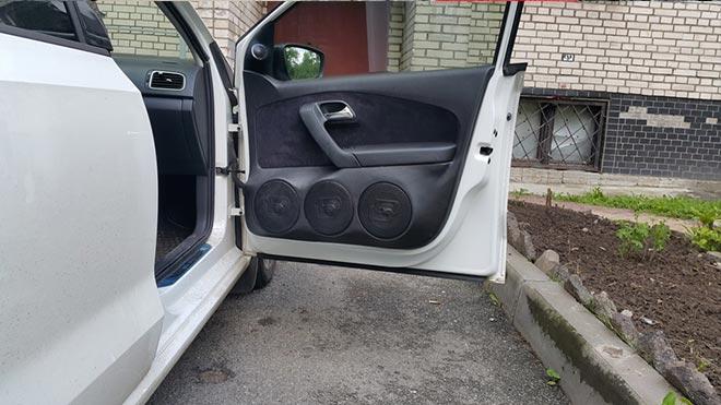 Открытая дверца VW