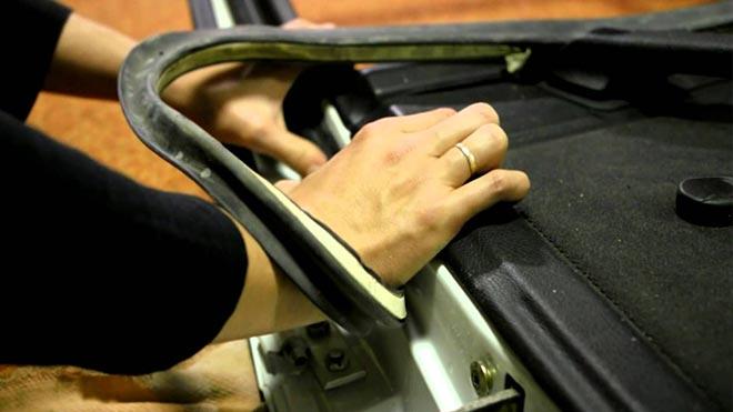 Проклеивает багажник