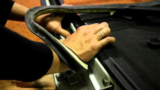 Процесс наклейки шнура