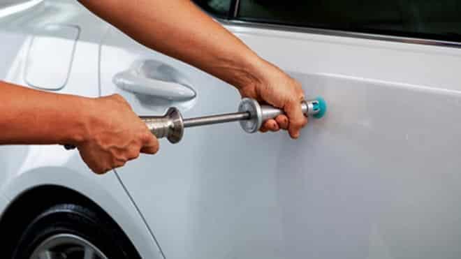 Ремонтирует поверхность автомобиля