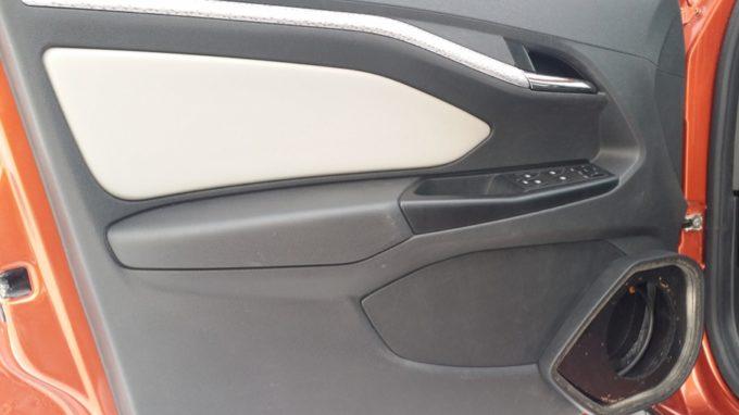 Передняя дверь машины