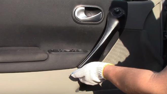 В перчатках разбирает авто